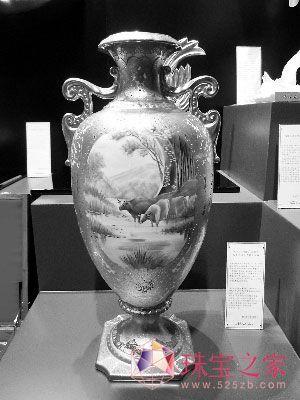 中国 消费/价值74.8万元人民币的《水牛画镶金素描大花瓶》。