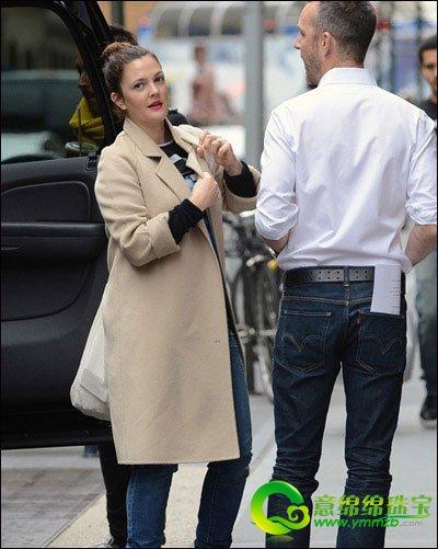 搭配 大方/巴里摩尔穿着长款毛呢大衣搭配牛仔裤,黑色粗跟短靴,经典大方...