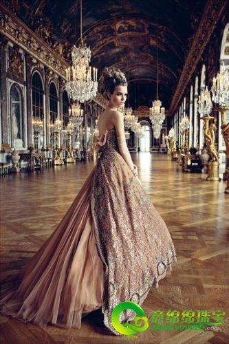 华美的宫廷风格婚纱 增添了新娘的华贵气质