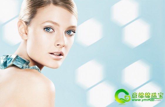 拥有白皙润泽的肌肤是每一个女性的愿望,正所谓爱美之心人皆有之。不过想要拥有如此完美的容颜,还需要经过自己的完美护理,再加上外在化妆产品的辅助,才能够达到自己所希望拥有的美丽。对于想要完美的白皙妆感的女性来说,除了粉底、粉饼之外,「妆前饰底」其实扮演着底妆致胜的关键点,让素颜肌肤在拥有亮泽后,承接并加强之后的美白底妆的持久度,让脸颊不但散发出健康晶、透、亮的净白光感,并能持久、均匀。  极致、透亮、持久的完美妆感 就从多功能饰色妆前乳开始 晶灿光极致亮白妆前饰色隔离乳SPF30/PA++ ,质地宛如天鹅绒般