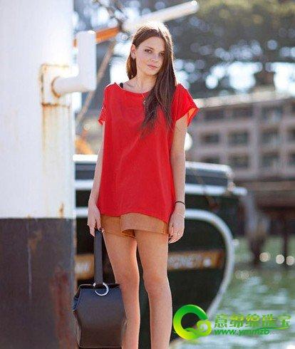 搭配 达人/红色款式t恤+ 裸色短裤+ 红色短筒袜+ 黑色粗跟凉鞋,穿袜子...
