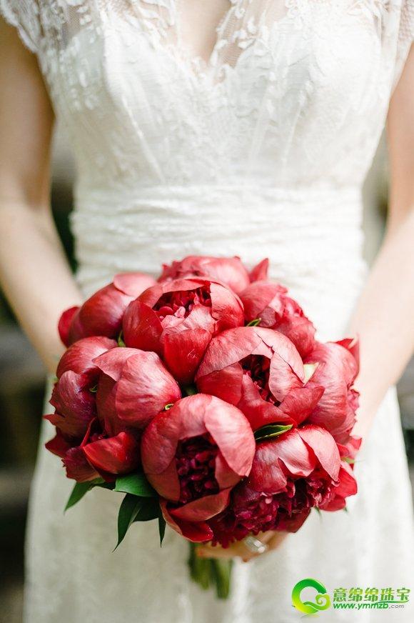 很多新娘的婚纱,头纱都是白色的。婚礼当天,新娘身上最艳丽的颜色就是她手里那颗美丽的手捧花了。见证着新郎新娘的誓言的手捧花,到底要选择什么样的才美丽呢?一起看一看吧!  热情红色手捧花  热情红色手捧花  热情红色手捧花 看着这些美丽似火的捧花,是不是好像新娘心中那股非君不嫁的热情呢?