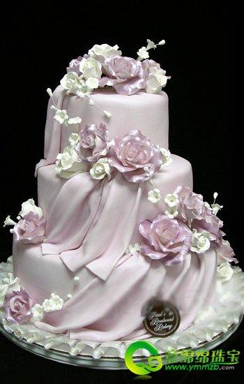 粉色系婚礼蛋糕点缀甜蜜温馨