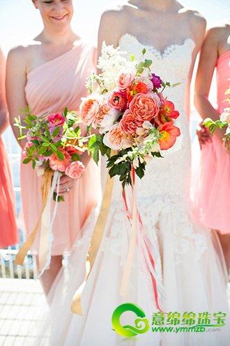 如果是在海边举行婚礼,那么捧花上一定要加上五彩缤纷的缎带,它可以随
