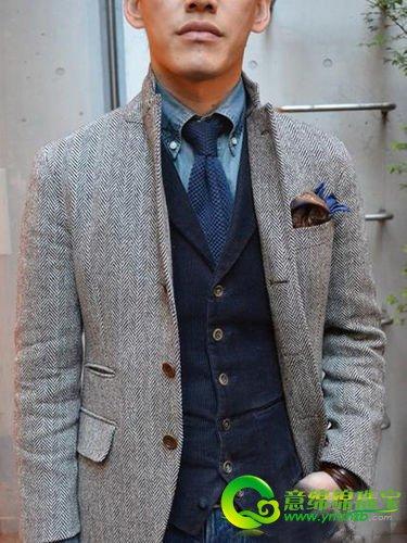 蓝色系的牛仔裤上搭单宁衬衫,同色的针织领带及灯心绒西装